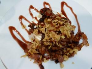 Queso de cabra con cebolla frita, bacon y vinagre de frambuesa