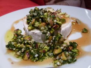 Rulo de queso de cabra con pistachos, finas hierbas y miel