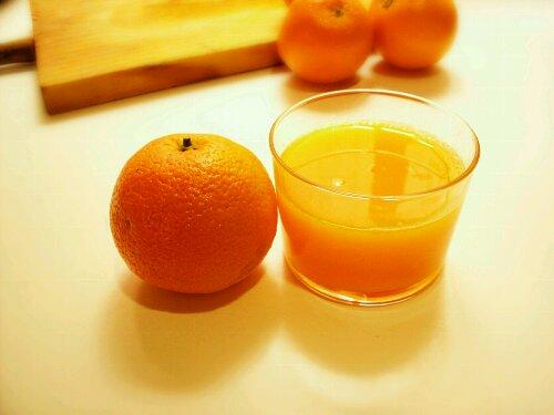 Zumo de naranja recién exprimido