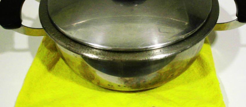Una bayeta mojada ayuda a arreglar un guiso pegado