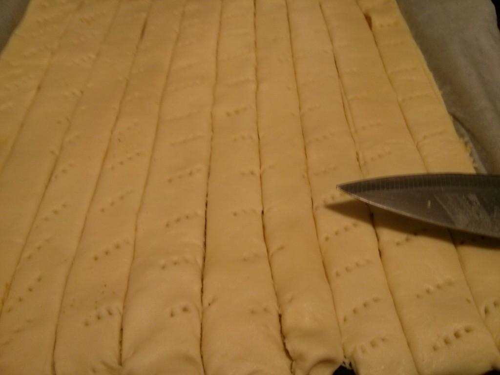 Cortar las tiras para hacer los palitos de queso