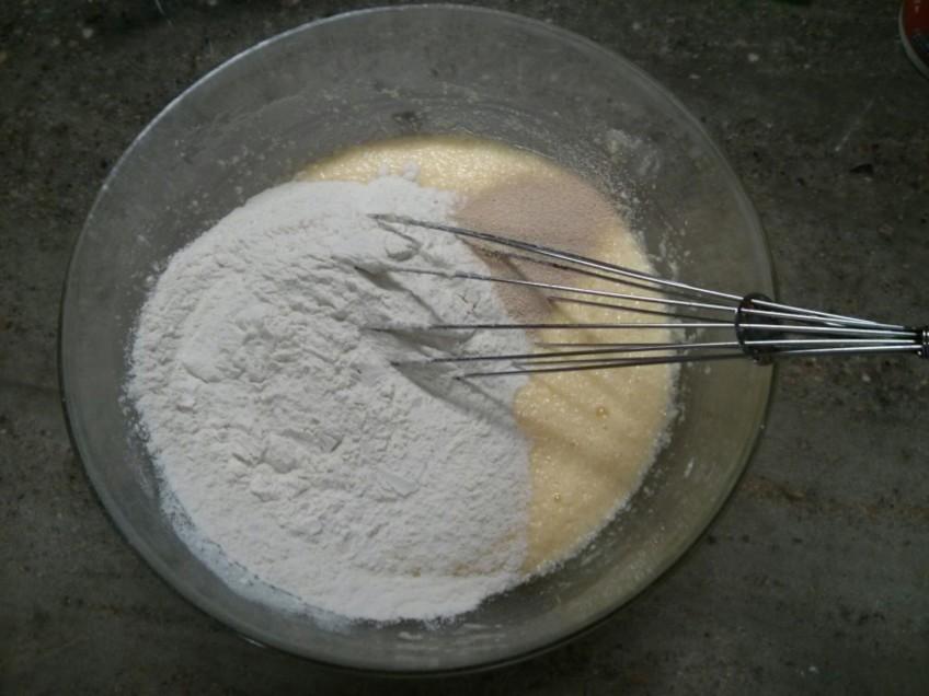 Tamiza la harina y la levadura