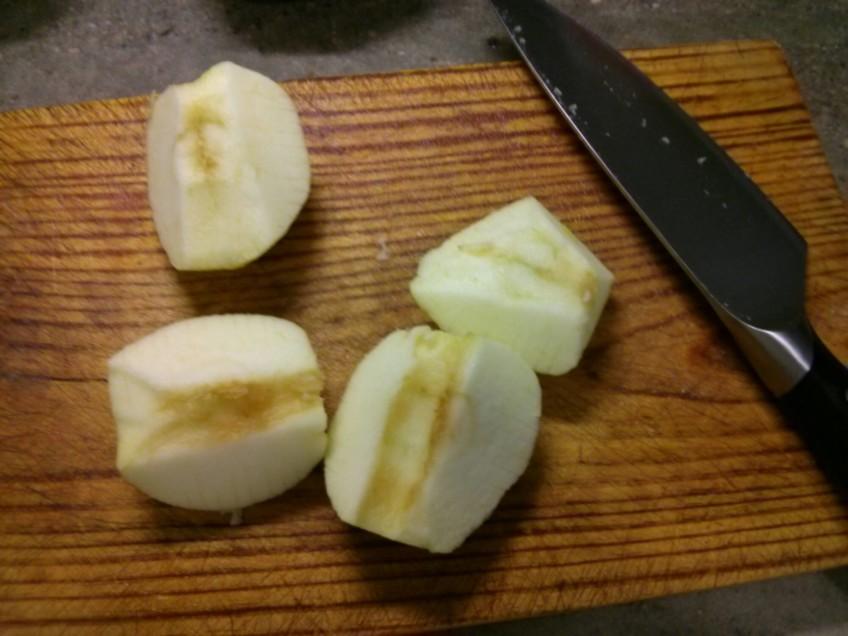 Pela y corta las manzanas en cuartos