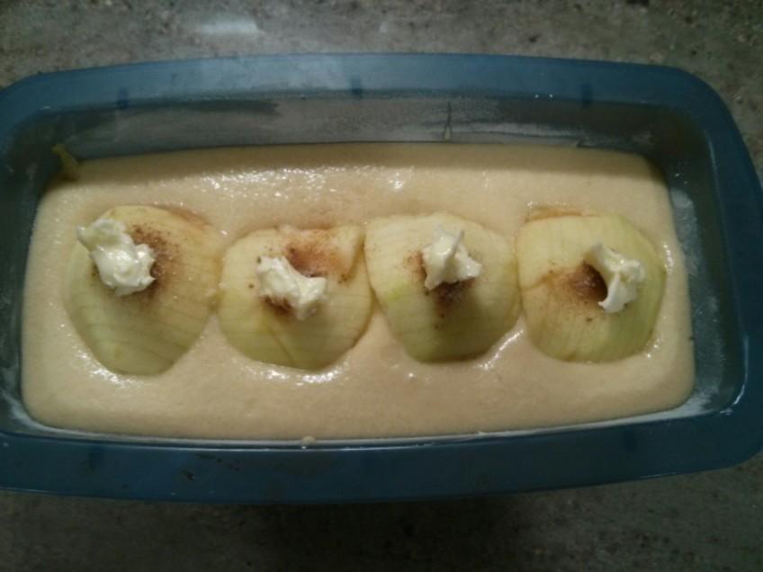 Coloca una pizca de mantequilla en cada una de las manzanas