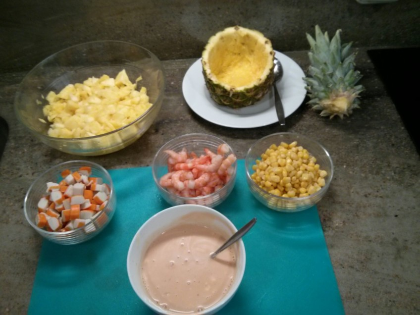 Todo preparado para la ensalada de piña y marisco