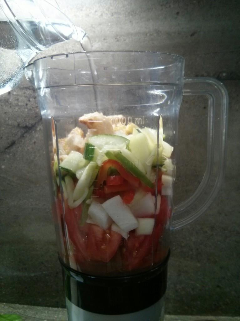 Añadimos agua hasta la mitad de la jarra