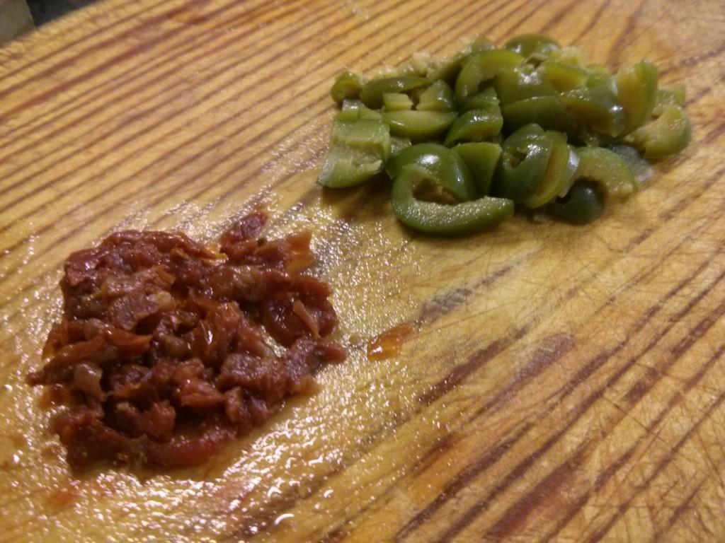 Picamos las aceitunas y los tomates secos