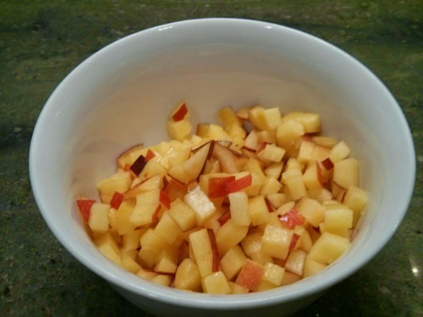Preparamos el relleno de las empanadillas de melocotón y queso