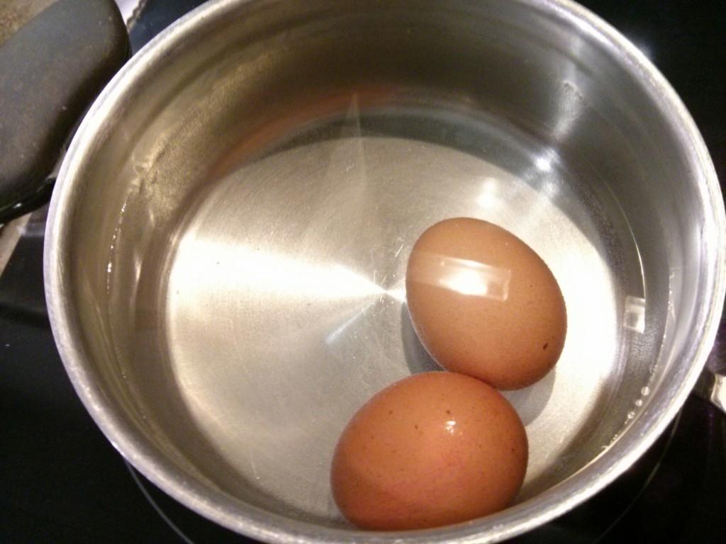 Cocer huevos para aderezar el salmorejo cordobés