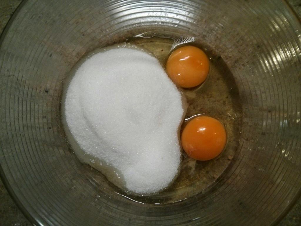 Comenzamos echando el azúcar y los huevos